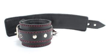 Черные наручники из натуральной кожи с красной строчкой