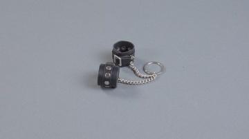 Брелок в виде маленьких наручников