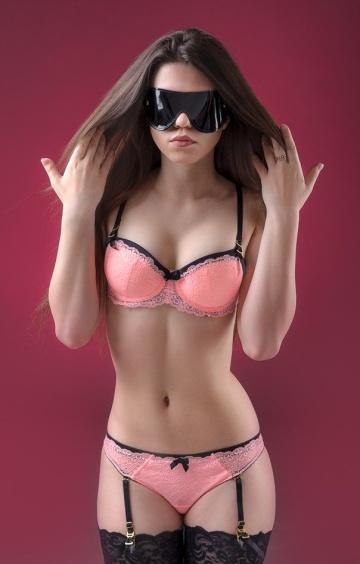 Чёрная лаковая маска на глаза